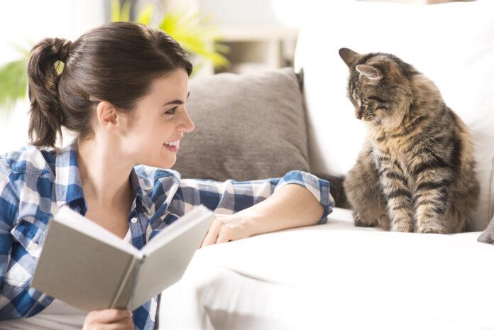 Kvinde leger med kat